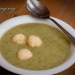 Zucchini-Kartoffel-Suppe mit Grießklößchen